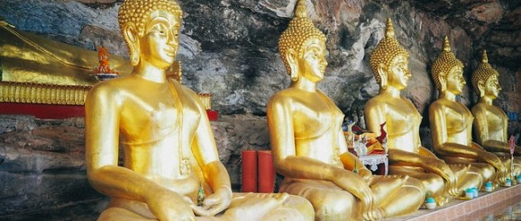 Sreća i dvanaest Budinih kipova